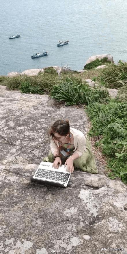 冲上热搜!女子景区中穿汉服抱电脑边看风景边工作,网友:太有共鸣了
