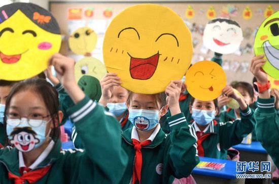 """自制笑脸卡笑迎""""微笑日"""" 引导学生养成乐观向上生活态度"""