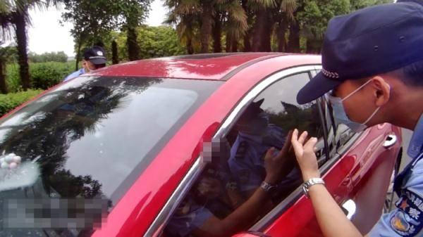 杭州萧山街头警车拦截红色轿车