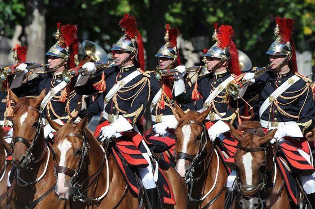 爱了!法国阅兵不忘浪漫,战机画上小王子,士兵当众求婚亲吻女友