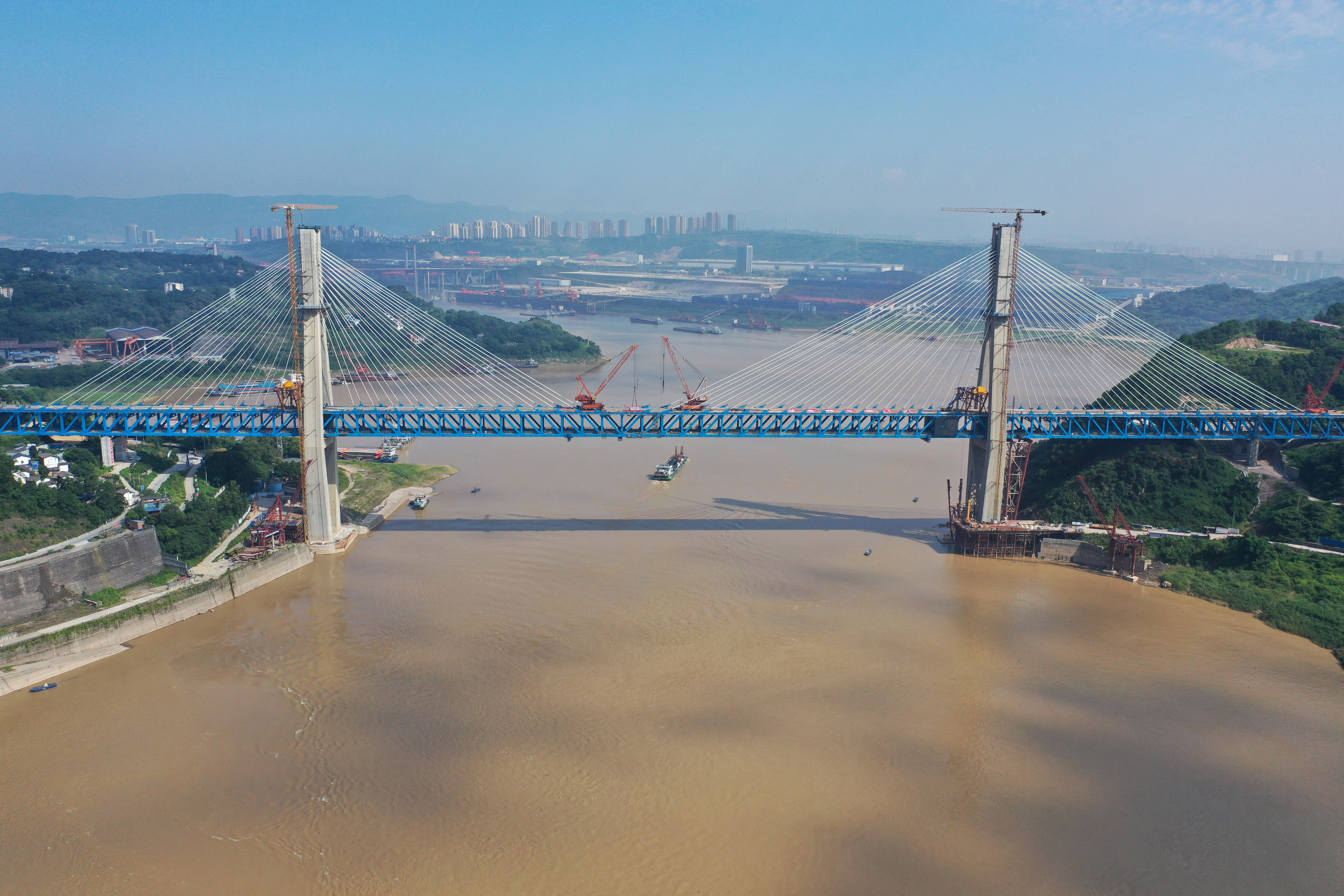 重庆铁路枢纽东环线控制性工程明月峡长江大桥顺利合龙