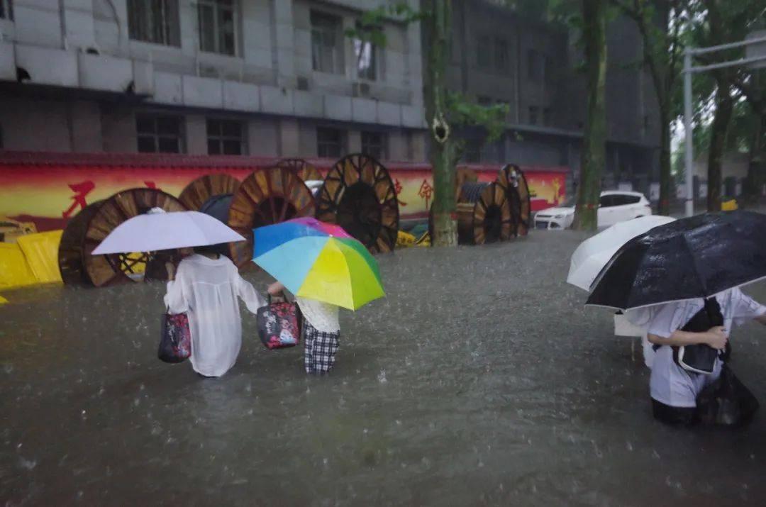 国家发改委:极端天气等非常情况下,该停学的停学,该停运的停运