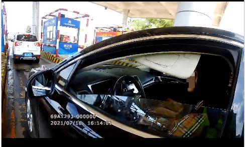 民警看到驾驶员是个女子,经过收费站又变成男的了?