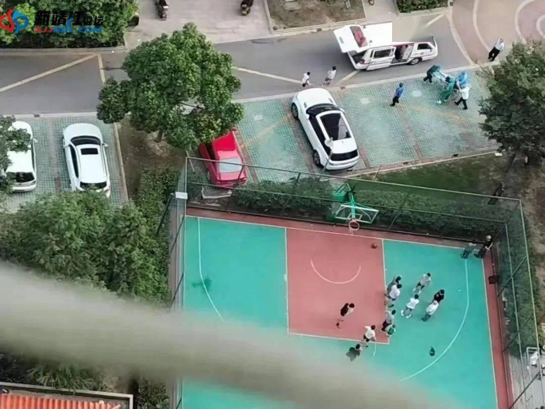 泰州某篮球场内,一男子突然倒地不幸身亡!