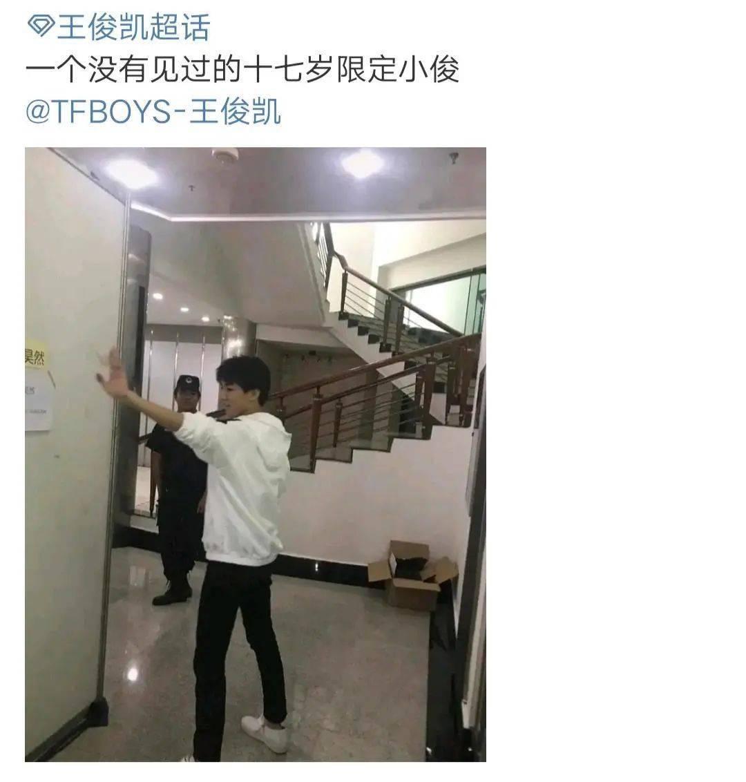 李淑昕出现在走廊里 疑似在和刘浩然打招呼 旁边的保安叔叔表情很丰富