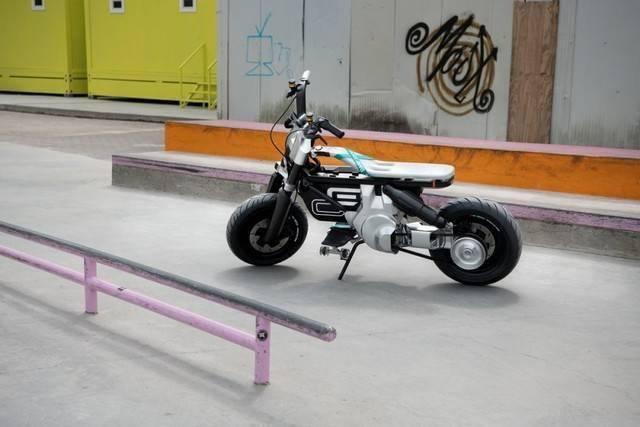 宝马首次展现CE 02电动摩托车 最高速可达90km/h