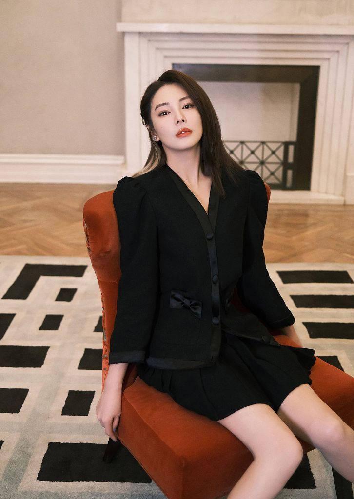 """张雨绮黑色西装套裙尽显""""飒姐""""范梳偏分刘海露精致眉眼"""