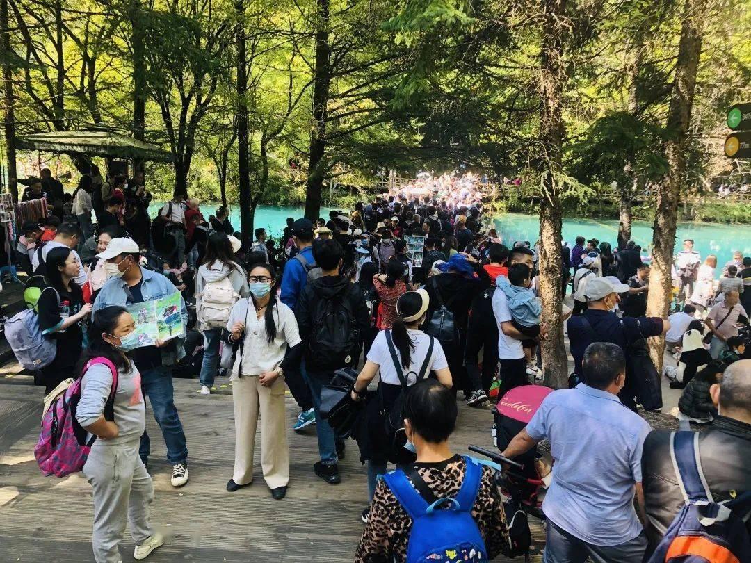 国庆假期:九寨沟景区达到震后最大人流量