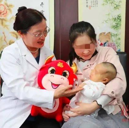中国首例冻存卵巢产妇生下的宝宝,很健康