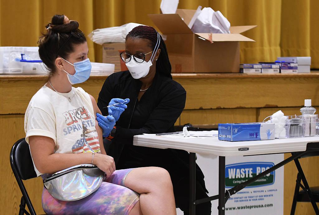 美国一学校规定学生接种新冠疫苗后隔离30天 被批荒谬