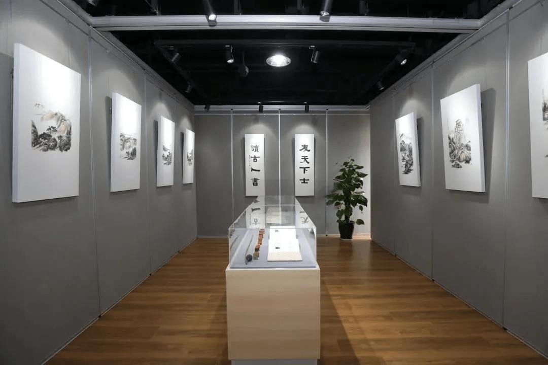 青山绿水忆故人……社区文化活动中心里,一场个展追忆身边的老画家