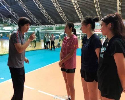 郎平现身高校为学生上排球课